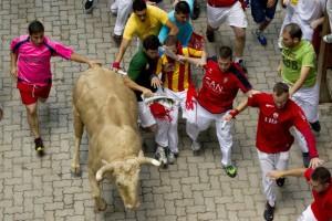 Imagen de un encierro del año pasado en el callejón de acceso a la plaza de toros.