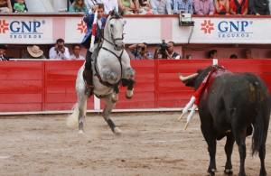 Hermoso cita con 'Duende' al primer toro de su lote en Aguascalientes.