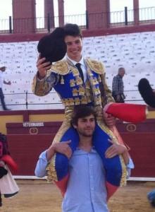 El novillero cirbonero Javier Marín sacó a hombros a Toñete en Vinaroz.