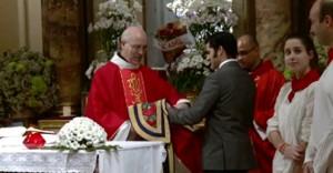 Francisco Javier Expósito entrega su capote de paseo al padre Santos Villanueva.