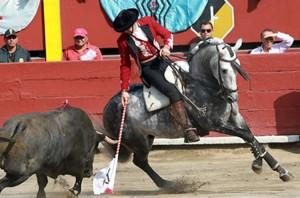 Hermoso de Mendoza sobre Churumay recibiendo al segundo de su lote en Texcoco.