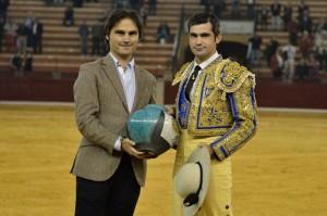 Juan Manuel Sangúesa recibe el premio al mejor picador tras la corrida concurso de ganaderías de Zaragoza. Fotografía: Alberto Barrios.