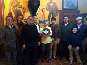 La ganadera Lola Domecq en el centro de la imagen; a su derecha, Carlos Lasheras, presidente del Club Taurino de Tudela; y a su izquierda, los matadores de toros Salvador Vega y Tomás Campuzano, y el mayoral, Manuel Serván, con su hijo.