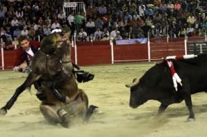 'Habanero' perdió los curtos tres traseros en León ante el segundo toro: por fortuna, todo quedó en un susto.