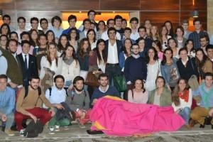 Perera rodeado de estudiantes de la Universidad de Navarra. Fotografía: Colegio Mayor Belagua.