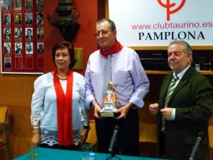 Salvador Magallanes entre su esposa, Marciali, y José María Sevilla, vicepresidente del taurino.