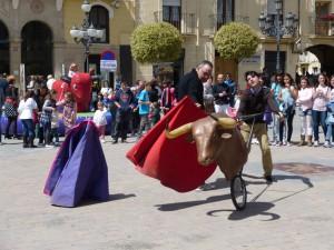 Un momento de la clase de toreo con el toro hinchable al fondo en la Plaza de los Fueros.