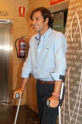 David Mora abandonando el hospital. Fotografía: Soraya.