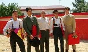 El Turia, en el centro, con alumnos de la Escuela Taurina de Valencia.