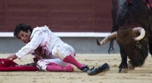 Miguel Abellán sufrió una dura cogida ayer, viernes, en Las Ventas, donde logró cortar una oreja.