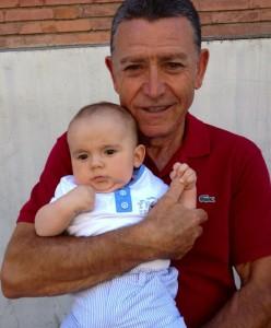 Manolo Rubio con su nieto Oihan Taval, de 2 años.