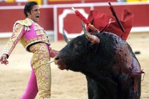David Mora ante un toro de Torrestrella, el año pasado en Pamplona