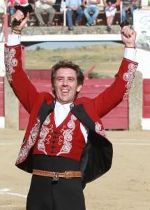 Hermoso de Mendoza pasea en Ledesma las dos orejas del primero de la tarde.