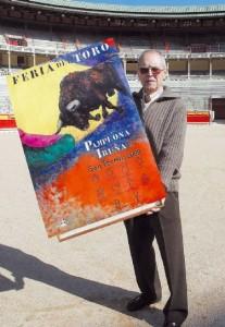 Ignacio Cía, en 2008, con su cartel anunciador de la Feria del Toro.