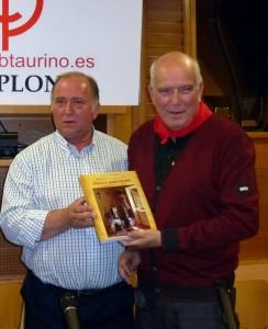 Juan Ignacio Ganuza, presidente del Club Taurino de Pamplona, y Luis María Marín, autor del libro sobre los hermanos Marín.
