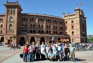 Los socios del taurino de Buñuel ante la plaza de Las Ventas.