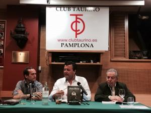 En el centro, Paco Cañamero, autor de 'Más que un torero', durante la presentación de la obra.