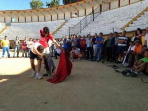 Talavante ofreciendo una clase de toreo en la  plaza de Olivenza.