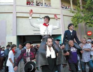 Armedáriz y Ventura saliendo a hombros en Tudela. Fotografía: Blanca Aldanondo.