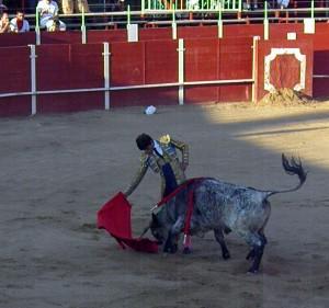 Derechazo del mexicano Adame al segundo de la tarde. Fotografía: Isabel Virumbrales.