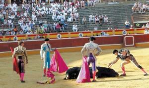 El tercero de Millares es apuntillado en el ruedo ante la mirada de Escribano. Fotografía: Blanca Aldanondo.