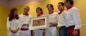 Momento de la entrega a David Mora del premio Detalle para el recuerdo de 2013.