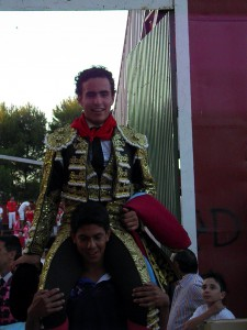 Salida a hombros del peruano Joaquín Galdós. Fotografía: Isabel Virumbrales.