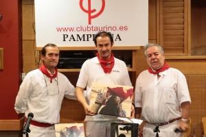 Jaco bo Silvestre, en el centro, recogiendo el premio con su fotografía ganadora.