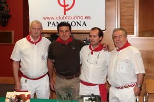 El mayoral de Fuente Ymbro entre directivos del club taurino en el momento de recoger el premio. Fotografía: Jacobo Silvestre.