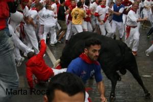 Momento en que el toro cornea al joven valenciano.