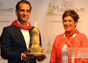 Iván Fandiño recibió el premio de manos de la directora de Hotel Maisonnave.