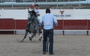 Guillermo Hermoso de Mendoza torenado ante el carretón.