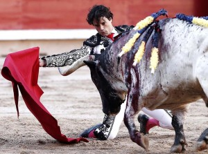Abellán comenzó de rodillas, en los medios, la faena ante su primero.