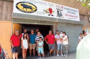 Algunos socios de Lodosa por el Toro a la entrada del nuevo local. Fotografía: Gener.
