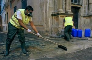 Operarios aplicando el antideslizante junto al ayuntamiento en 2013.