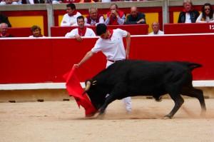 Derechazo largo y mandón de Toñete al tercer y último novillo de la mañana. Fotografía: Miguel Monreal.