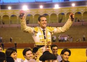Pepe Moral saliendo a hombros en Sevilla, en el Corpus de este año.