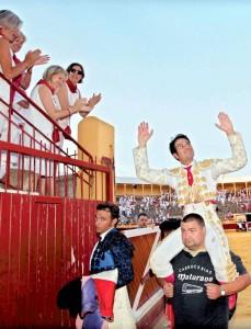 Salvador Vega salió a hombros en Tudela tras cortar las dos orejas del quinto de Cayetano Muñoz. Fotografía: Blanca Aldanondo.