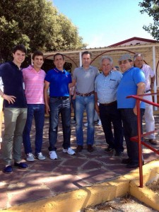 Toñete, Javier Marín y Sergiio Sánchez con los ganaderos de Los Maños.