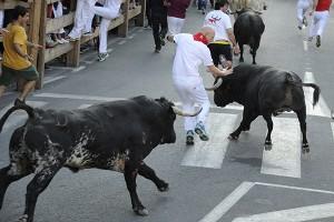 Un momento de máximo peligro en el encierro de esta mañana. Fotografía: Ahorazonamedia.com
