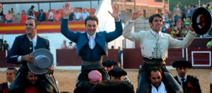 Armendáriz saliendo a hombros en Riopar con sus compañeros de terna.