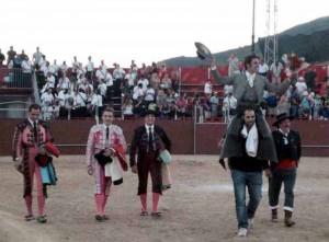 Armendáriz sale a hombros en Cebreros por delante de su cuadrilla.