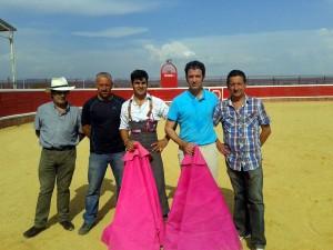 El novillero pamplonés en el centro junto a su subalterno Paco Ramos en la ganadería Hermanas Azcona.
