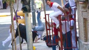 Momento en el que una vaca embiste a uno de los tres heridos en el necierro de Valtierra.
