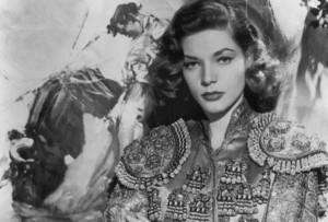 Lauren Bacall vetida de luces.