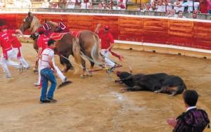 Pérez Mota, de espaldas, en primer plano, aplaude a 'Marinero', que, por su bravura, fue premiado con una póstuma vuelta al ruedo. Fotografía: Galdona.