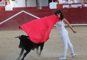 Pase de pecho de la mexicana Sofía Quitarte en la becerrada.