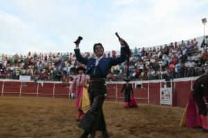Roberto Armendáriz pasea en triunfo los máximos trofeos en la plaza de Zara la Mayor.