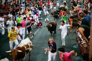 La manada galopa por la calle Real por última vez este año. Fotografía: Mario Monte.