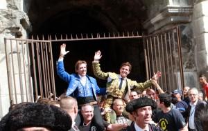 Los dos toreros, los dos maestros salieronn a hombros por la Puerta de los Cónsules.